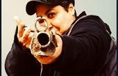 اسلحه کشی خانم بازیگر با لباس مردانه+عکس