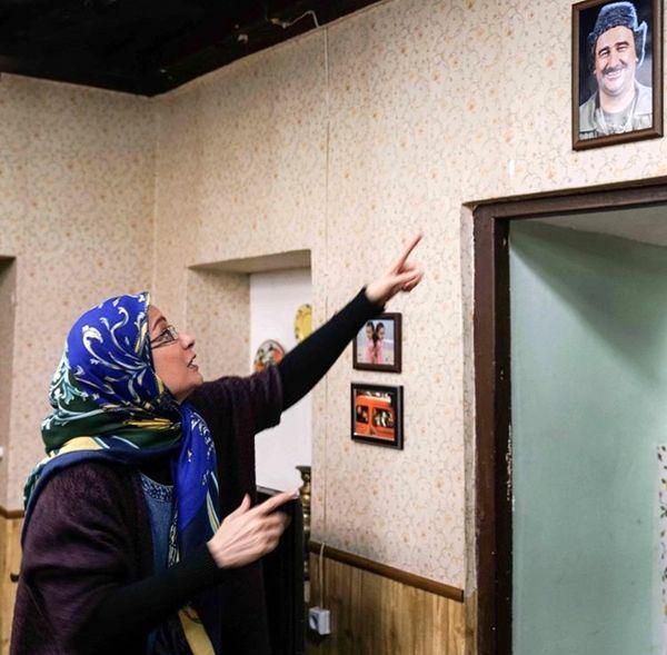 تابلوی آقای بازیگر بر سر در خانه پایتختی ها + عکس