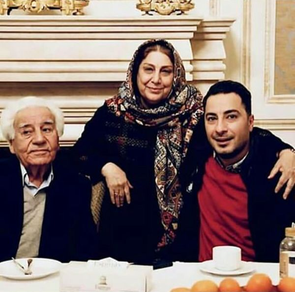 نوید محمدزاده با پدر و مادرش در رستوران+عکس