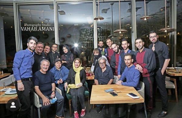 جمعی از بازیگران معروف در یک رستوران + عکس