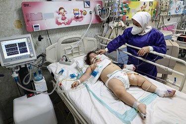 رسیدگی به کودکان گرفتار کرونایی در بیمارستان مفید توسط پرستاران بخش ICU