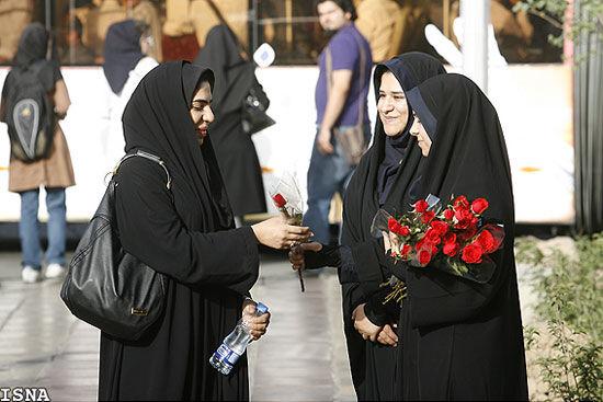 اهدای گل به محجبهها توسط زنان پلیس