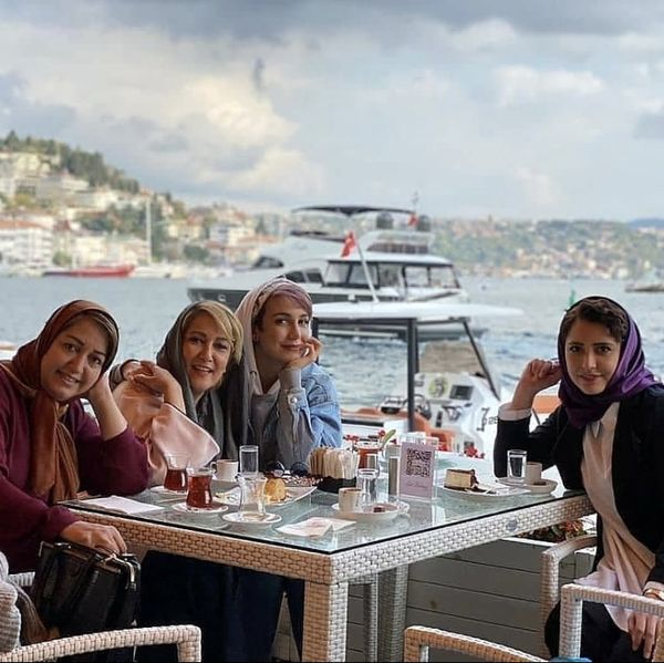 صبحانه لاکچری خانم های بازیگر روی آب های ترکیه + عکس