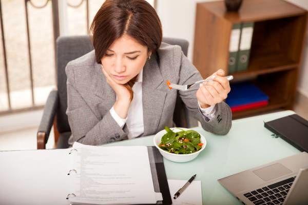 به 5 دلیل محل کارتان باعث چاقی شما میشود