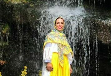 عکس از بازیگر تازه عروس با تیپ زرد قناری