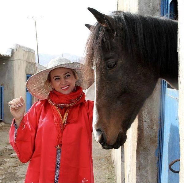 اسب زیبای خانم بازیگر مشهور + عکس