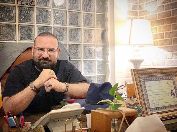 همسر نرگس آبیار در اتاق کارش+عکس