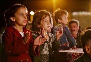 علی ضیا در جمع زلزله زدگان