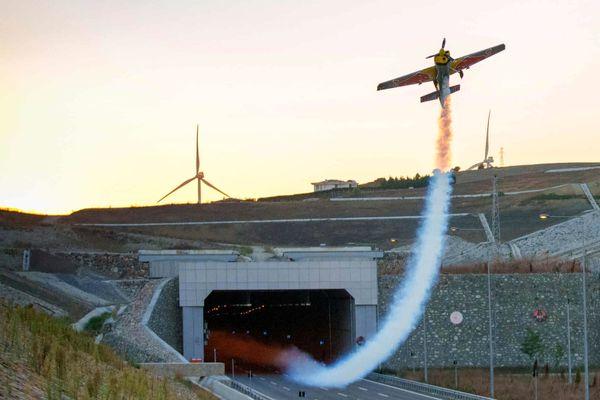 عبور کم نظیر از تونل با هواپیما ! + عکس