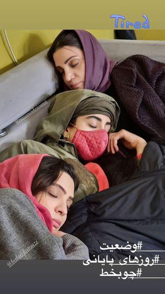 خوابیدن بازیگران چوب خط در پشت صحنه + عکس
