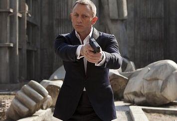 کار جیمز باند به اتاق عمل کشید