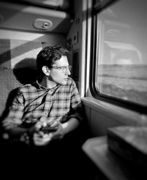 سفر آقای بازیگر با قطار + عکس