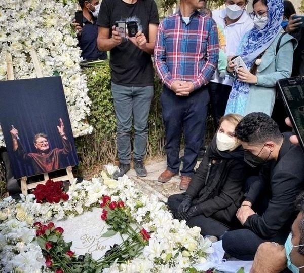 چهره مغموم همسر استاد شجریان در کنار مزار خسروی آواز ایران