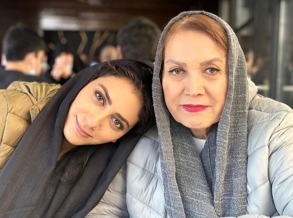 مونا فرجاد در آغوش مادر مهربانش + عکس