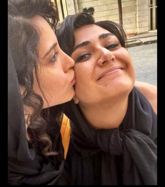 بوسه بازیگران ملکه گدایان در خیابان + عکس
