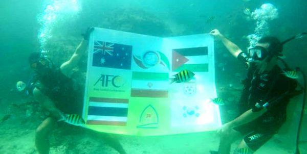 اقدام جالب توجه یک غواص با پرچم مسابقات فوتبال 7 نفره در اعماق خلیج فارس+عکس