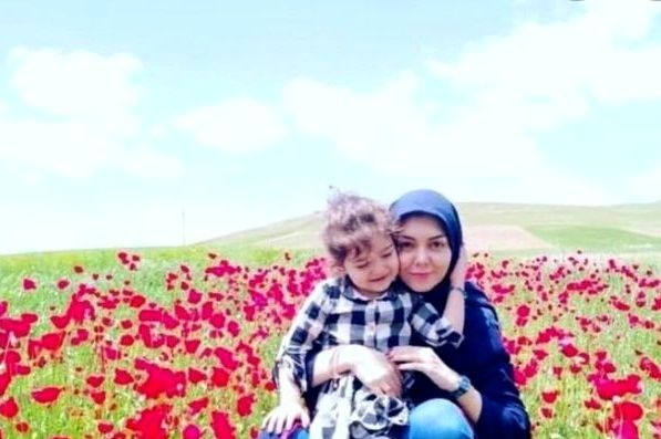 آزاده نامداری در دشتی پر از گل با گندم نازش+عکس