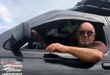 عکس نادر سلیمانی و ماشینش