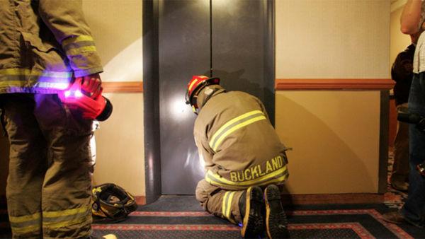 هنگام گیر کردن در آسانسور چه کار کنیم؟