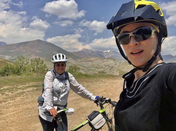 وقتی خانم بازیگر و دوستش به دوچرخه سواری میرن + عکس