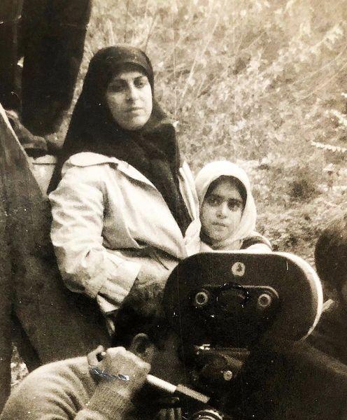 عکسی قدیمی از غزل شاکری و مادر مرحومش