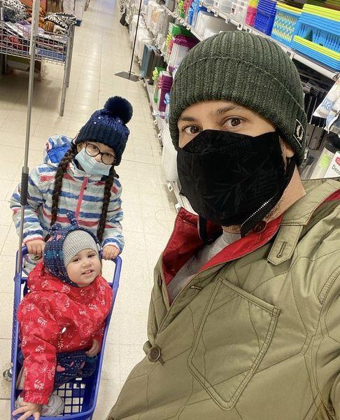 سلفی شاهرخ استخری با بچه هاش در یک فروشگاه + عکس
