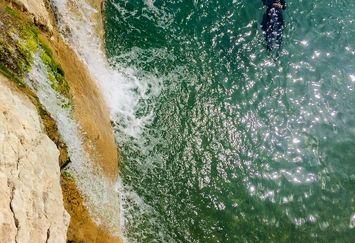 عکس ریلکس کردن خانم بازیگر در دریا