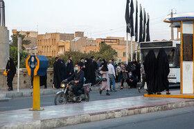 عدم رعایت فاصله اجتماعی در ایستگاه های اتوبوس موجب افزایش خطر ابتلا به ویروس کرونا می شود.