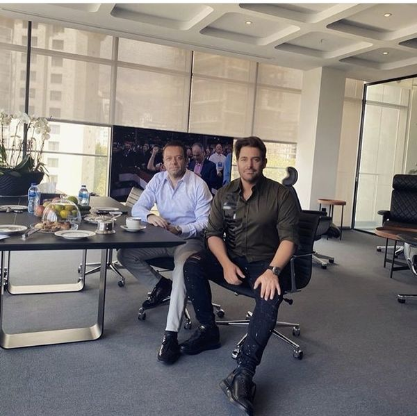 گلزار در دفتر کار لوکس + عکس