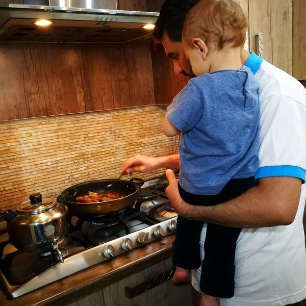 عکس از آشپزی و بچه داری جناب وزیر