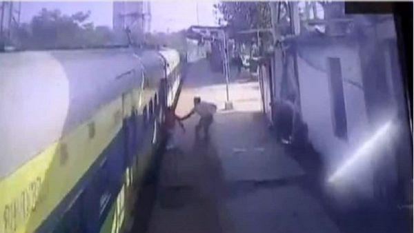 نجات جان مسافر در ایستگاه قطار+ فیلم