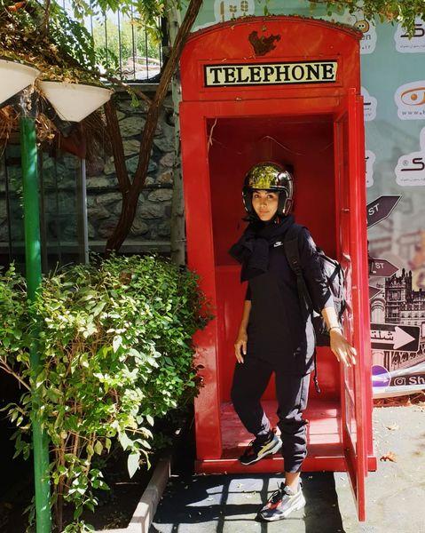 لباس عجیب مریم معصومی در باجه تلفن!+عکس