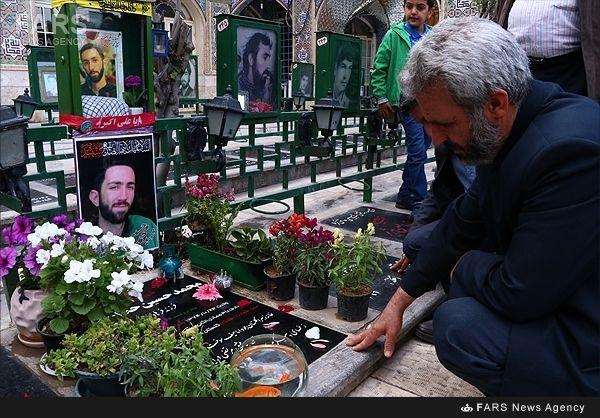 پدر شهیدمدافع حرم کنارمزارشهید مدافع وطن