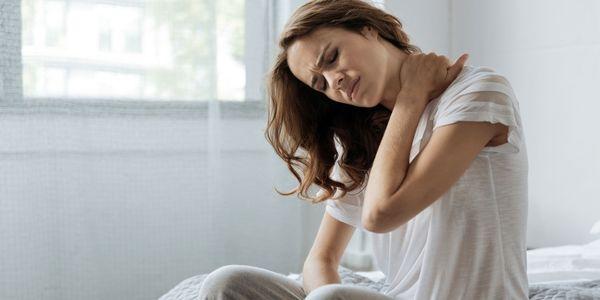 درمان خانگی گردن درد: روشهای درمان و کاهش درد گردن در خانه