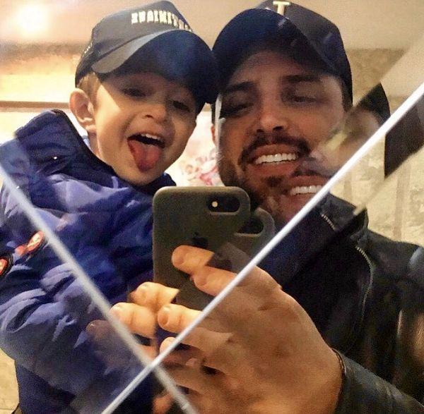 سلفی پدر پسری مجری مشهور در خانه اش + عکس
