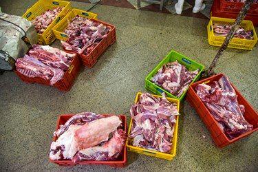 تقسیم بندی گوشت نذری قربانی در کشتارگاه و آماده کردن برای بسته بندی تبرک ها