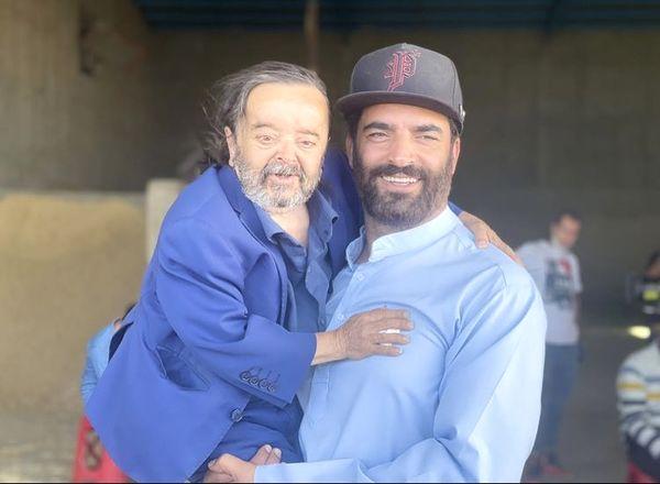 اسدالله یکتا در آغوش کارگردان مشهور ایران + عکس