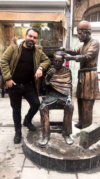شهرام قائدی در کنار مجسمه های خیابانی + عکس