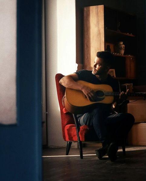 گیتار زدن سیروان در خانه اش + عکس