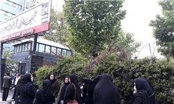 تجمع خانوادههای جانباختگان سانحه هوایی یاسوج مقابل سازمان هلال احمر