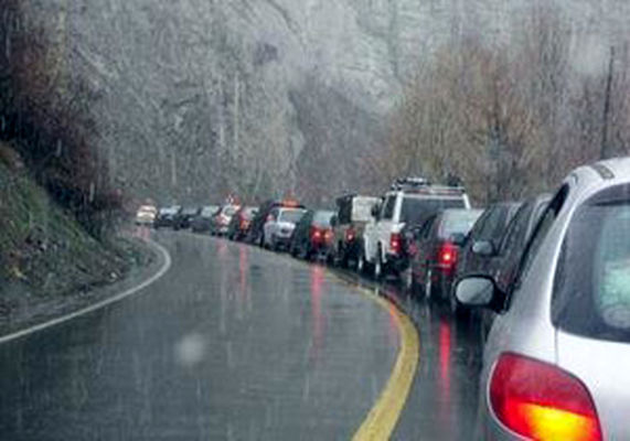 مه گرفتگی و ترافیک نیمه سنگین در جادههای کشور