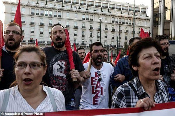 تظاهرات یونانیهای معترض به حمله آمریکا و متحدانش در سوریه