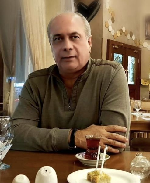 بهمن دان در یک کافه عربی + عکس