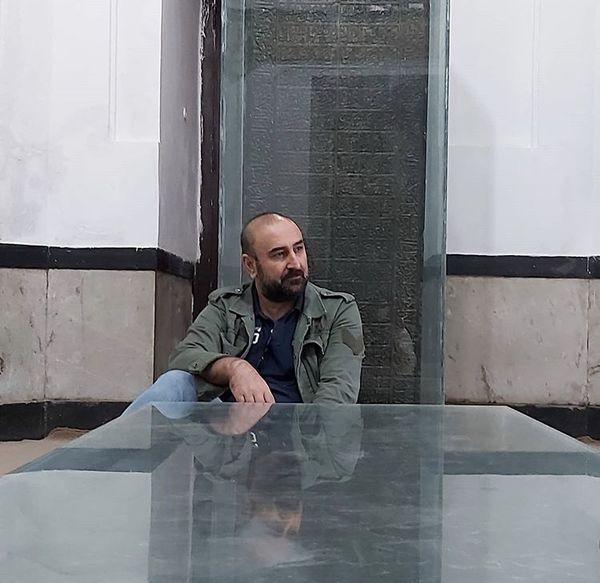 حال غریب مهران احمدی در یک آرامگاه + عکس