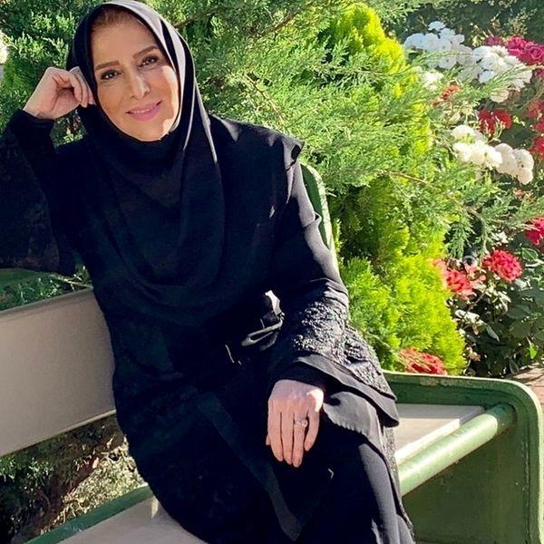 خانم مجری در میان گلهای بهاری + عکس