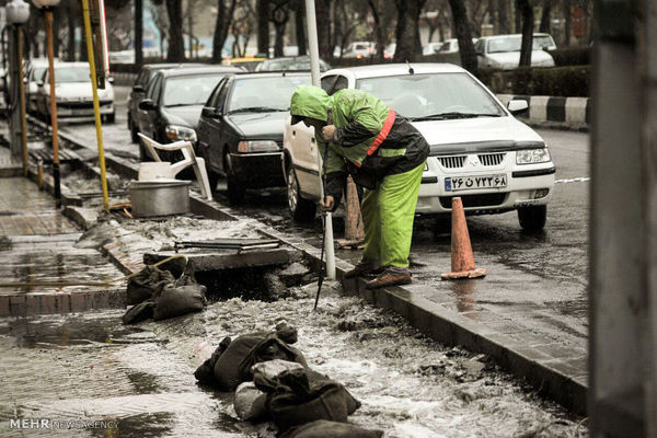 تلاش اکیپ های اجرایی برای رفع آب گرفتگی معابر
