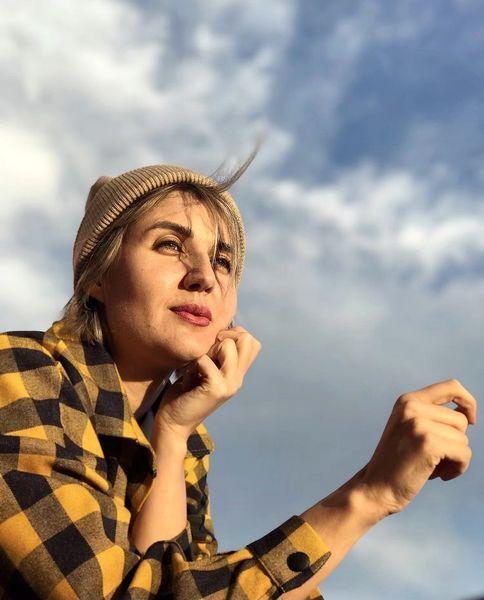 گلوریا هاردی زیر آسمان آبی + عکس