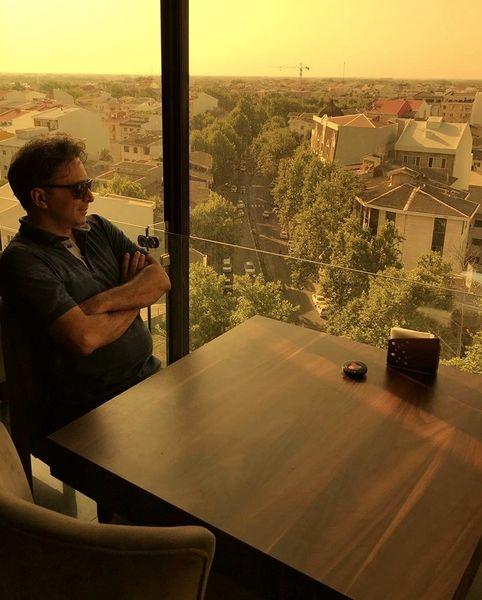 مجید اخشابی در کافه ای در ارتفاعات + عکس