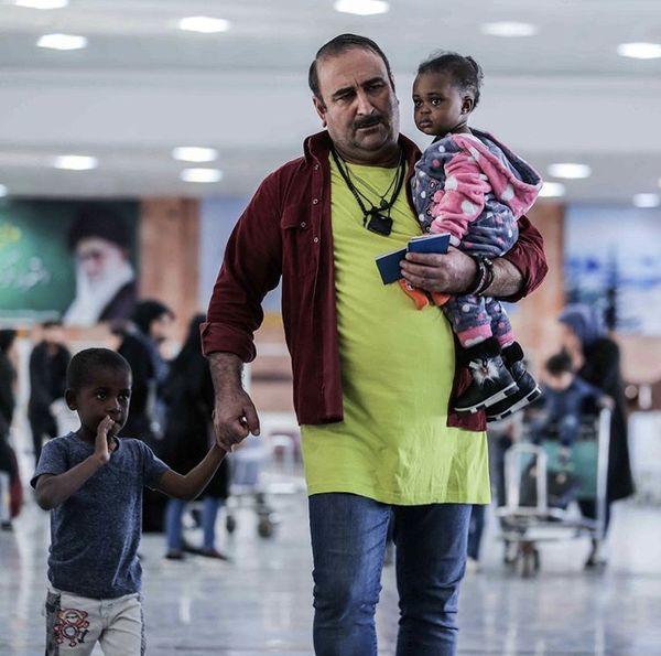 مهران احمدی و بچه های قد ونیم قدش در فرودگاه + عکس