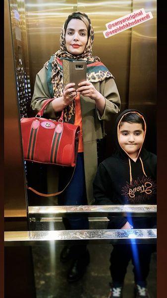 خانم بازیگر و پسرش در آسانسور + عکس